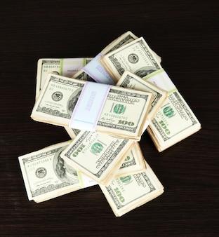 Stapels geld op houten tafel
