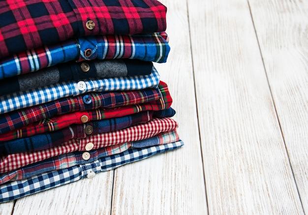 Stapels geruite hemden