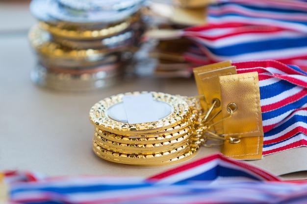 Stapels gouden, zilveren en bronzen medailles