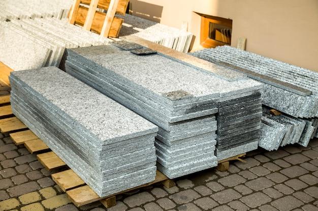 Stapels granieten marmeren platen. steenplaten voor decoratieve constructie.