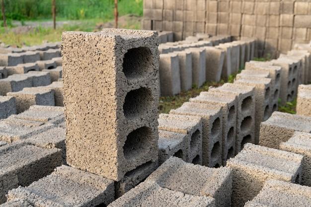 Stapels grijze betonblokken op de grond, industrie