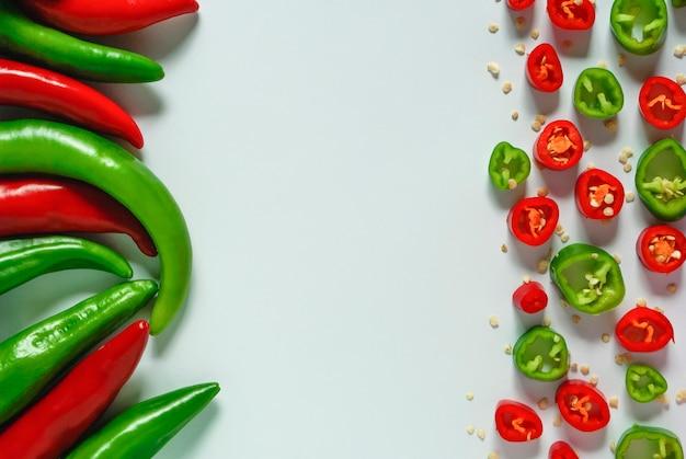 Stapels hete rode en groene paprika's.