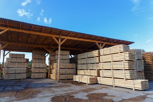 Stapels houten planken in het magazijn