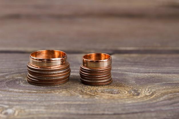 Stapels munten en gouden ringen.