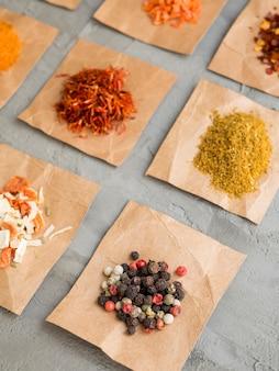 Stapels specerijen op stukjes papier