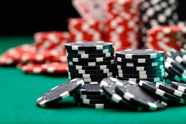 Stapels speelfiches op casinotafel