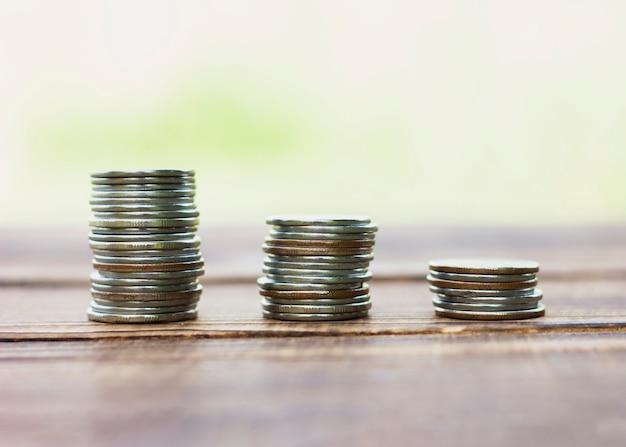 Stapels van besparingsmuntstuk op lijst