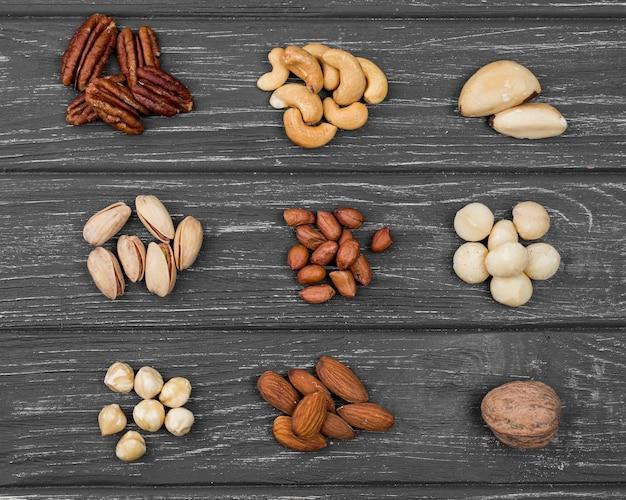 Stapels van biologische noten bovenaanzicht