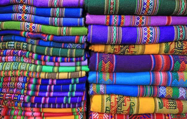 Stapels van levendige kleuren traditionele geweven textiel, la paz, bolivia, zuid-amerika