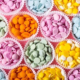 Stapels veelkleurige chocoladedruppels