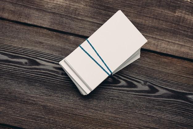 Stapels visitekaartjes op een houten tafelblad-weergave.