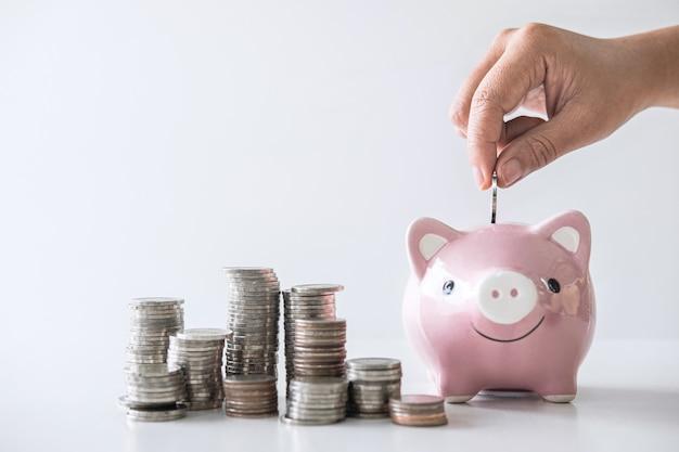 Stapelstapel en hand munt in spaarpot voor planning stap naar groei