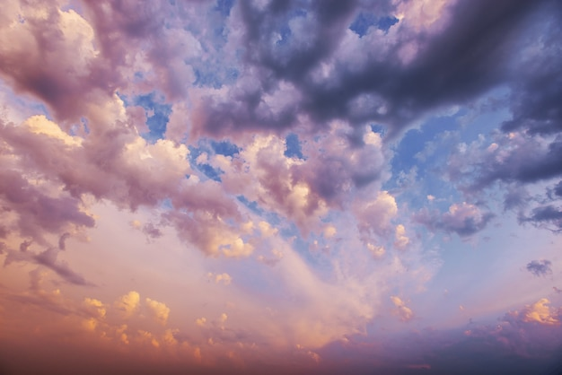 Stapelwolken bij zonsondergang. karpaten, oekraïne, europa.