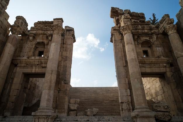 Stappen die leiden naar de tempel van artemis in ruïnes van de grote romeinse stad jerash - gerasa, verwoest door een aardbeving in 749 na christus, gelegen in de stad jerash in jordanië