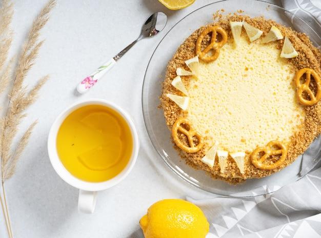Stappen voor het maken van een eenvoudige citroentaart met crackers en crèmevulling.