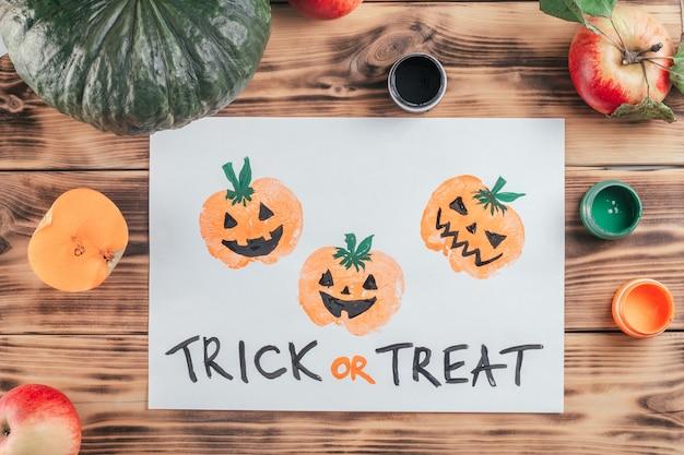 Stapsgewijze halloween-tutorial voor kinderen met pompoen-appelprints. stap 11: afgewerkte pompoentekening. voeg treat of treat toe of wat je maar wilt. bovenaanzicht