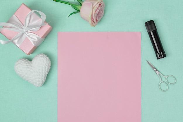 Stapsgewijze instructies. het hart is gemaakt van papier. stap 1 maak een vel papier klaar. ambacht. het uitzicht vanaf de top