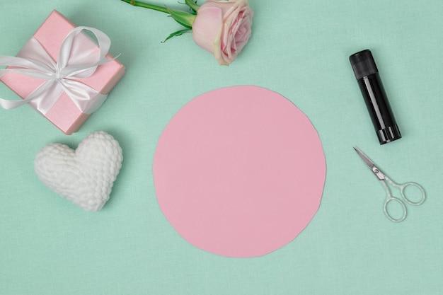 Stapsgewijze instructies. het hart is gemaakt van papier. stap 2 knip de ribbel uit het papier. ambacht. het uitzicht vanaf de top
