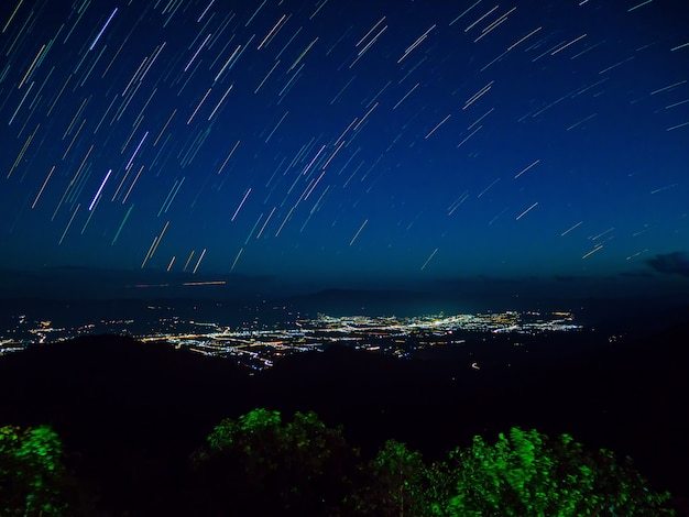 Star trail met bergen rever and cities lights landschapsfotografie