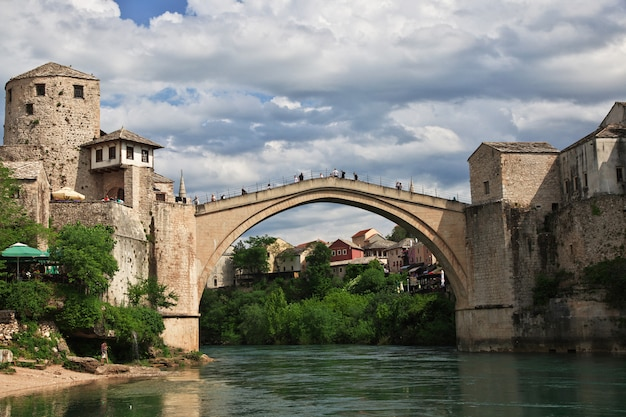 Stari most - de oude brug in mostar, bosnië en herzegovina