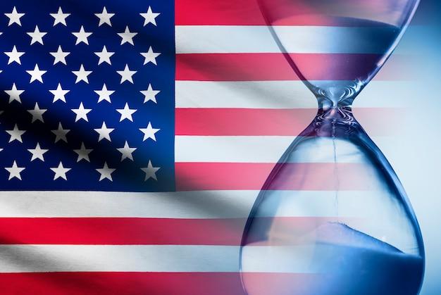 Stars and stripes amerikaanse vlag met een zandloper