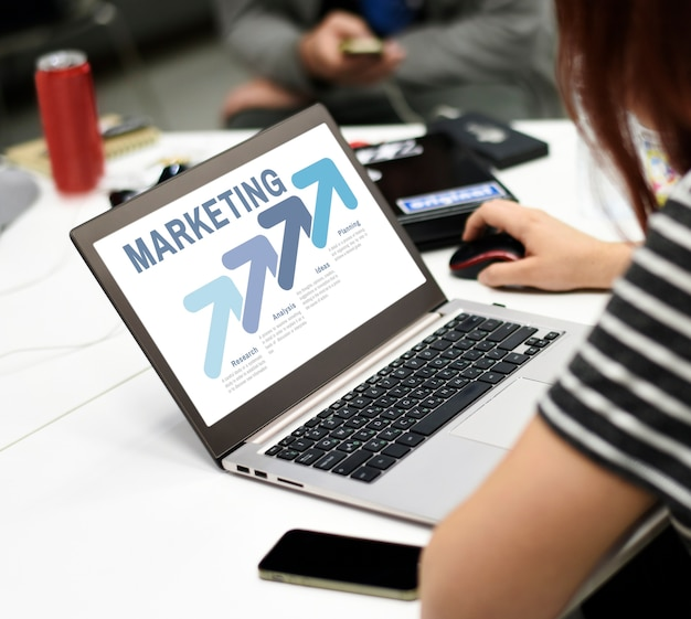 Start bedrijfsmensen die aan laptop exemplaarruimte werken