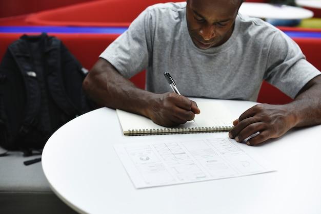 Start bedrijfsmensen die op notitieboekje schrijven