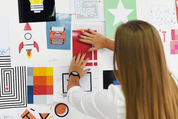 Start bedrijfsmensen die op raad van de strategiekaart nadenken nadenkend