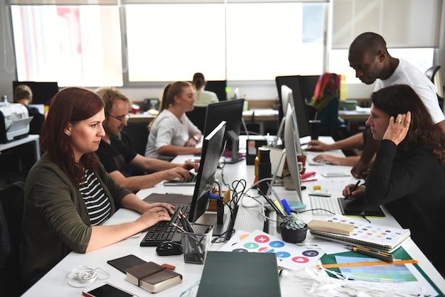 Start commercieel team dat op het kantoor werkt