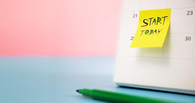 Start concept. close-up van de kalender met sticky note business challenge of doe iets nieuws