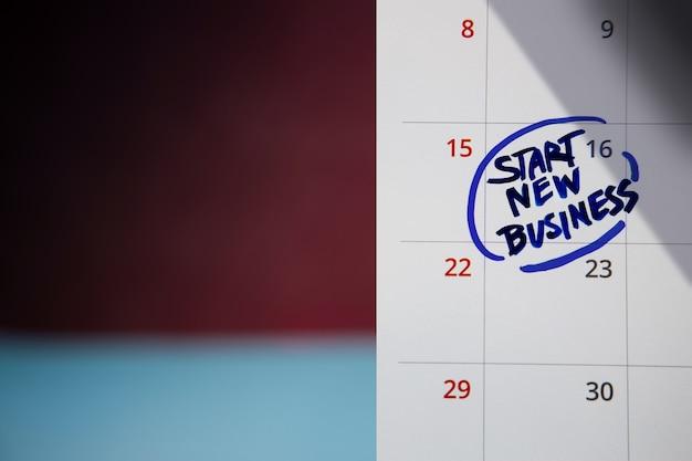 Start concept. close-up van kalender met nieuwe zaken starten, zakelijke uitdaging