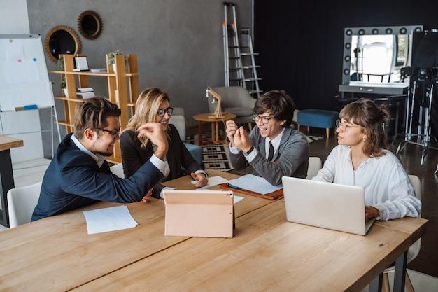 Start diversiteit teamwork brainstorming meeting concept. mensen plannen.