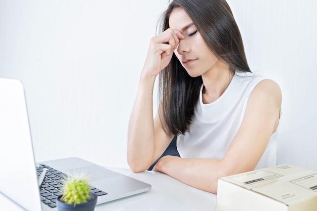 Start een kleine ondernemer, mkb of freelance vrouw, die hard werkt en zich duizelig voelt thuis