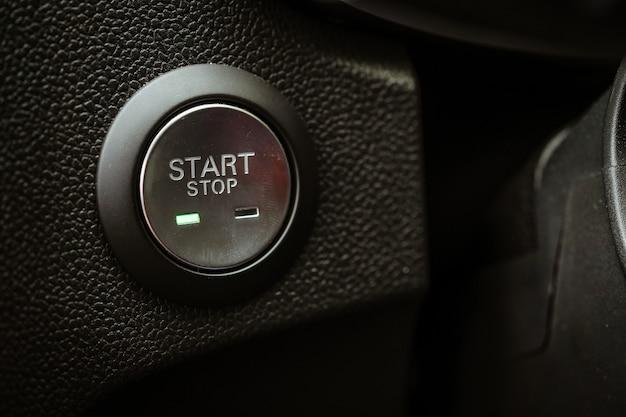 Start en stop onderaan in de auto