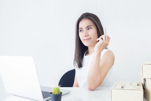 Start kleine ondernemer mkb of freelance vrouw thuis werken concept
