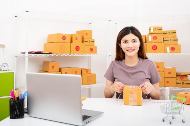 Start mkb-ondernemer, nieuwe generatie levensstijl van jonge ondernemer met laptop voor online zakendoen