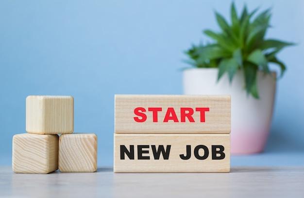Start nieuwe baan. de tekst staat op de lichtblokjes. heldere oplossing voor zakelijk, financieel, marketingconcept