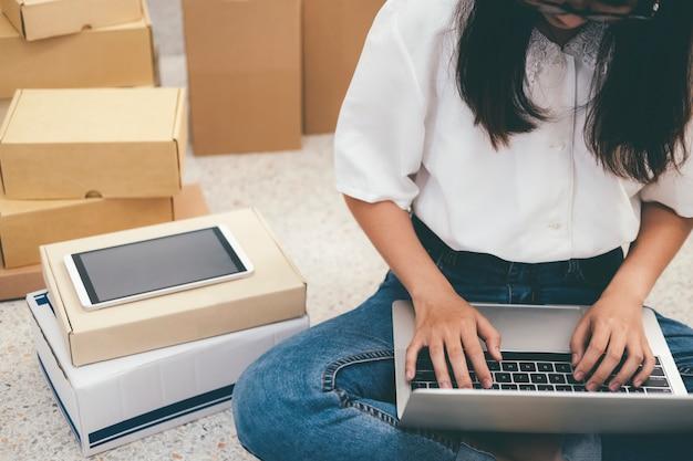 Start online verkoper-eigenaar die de bestellingen van de klant controleert