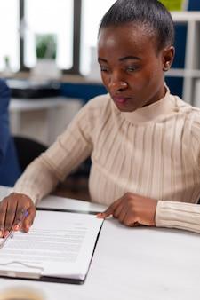 Start teamvergadering met bedrijfsleider die financiële strategie plant, rapporten analyseert en papierwerk deelt