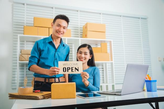 Start-up partnerschap ondernemer freelancer paar open teken te houden