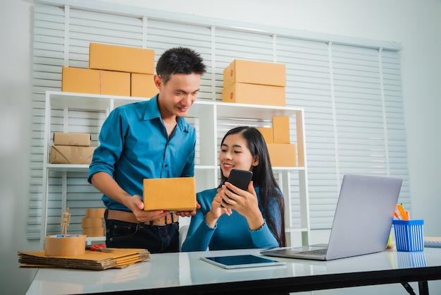 Start-up partnership ondernemer freelacer voelt zich blij met het controleren van de bestelling van de klant
