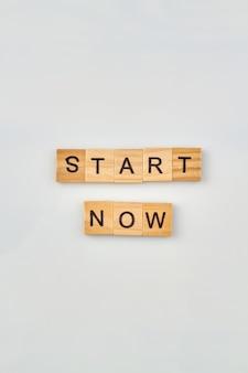Start woord concept. offerte voor inspiratie en om vooruitgang en succes te boeken. alfabet houten kubussen voor woorden.