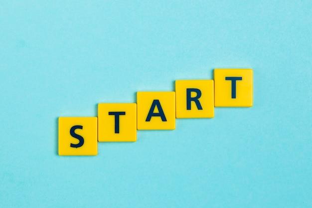Start woord op scrabble tegels