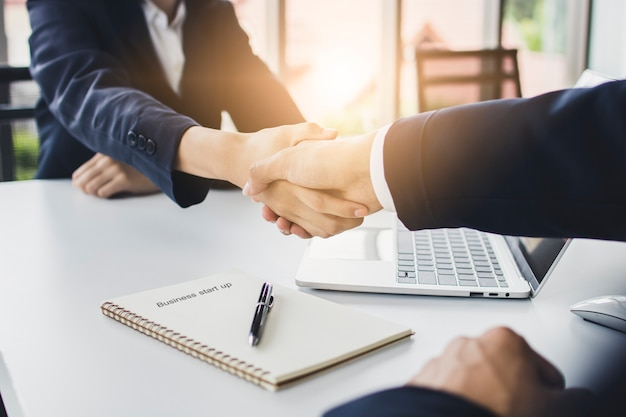 Start zakelijke mensen schudden handen met investeerder voordat onderhandelen en plannen