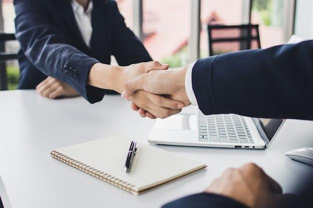 Start zakenmensen schudden handen met investeerder voordat onderhandelen