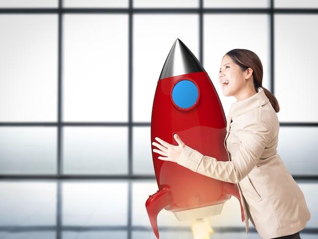 Startconcept met aziatische vrouw die met 3d-rendering space shuttle hangt