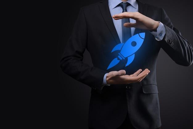 Startconcept met zakenman met abstracte digitale raketpictogram raket lanceert en zweeft vliegend.