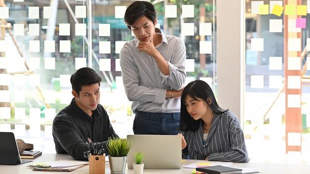 Startconcept, team van jonge bedrijfsanalysegegevens in laptopcomputer.