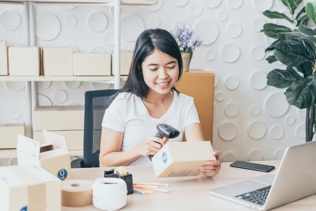Startende kleine ondernemer mkb of freelance vrouw die thuis werkt