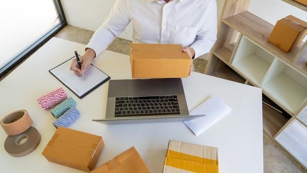 Startende kleine onderneming ondernemer mkb, jonge aziatische man aan het werk met laptopcomputer